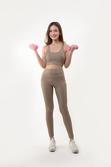 Femme exerçant avec des haltères