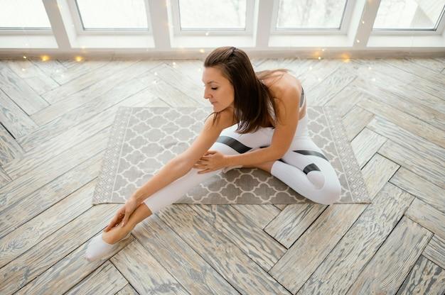 Femme exerçant sur tapis