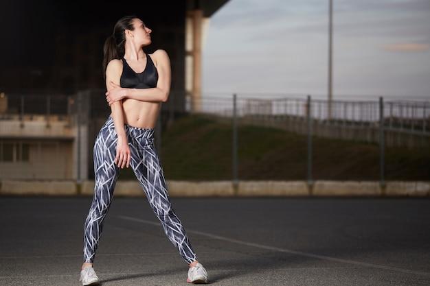 Femme exerce en plein air