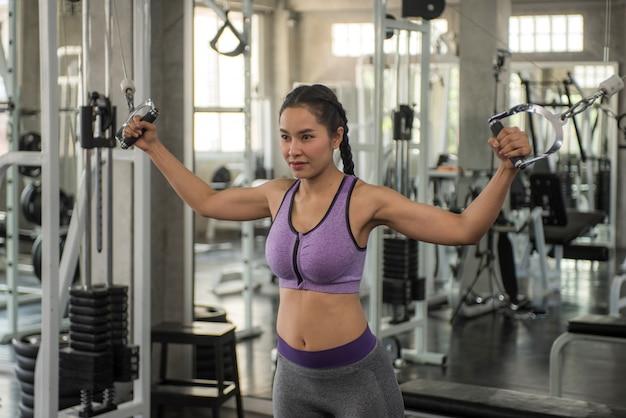 Femme exercice d'entraînement en gym fitness