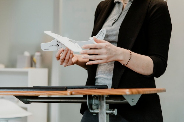 Femme expliquant l'aérodynamique dans une salle de classe