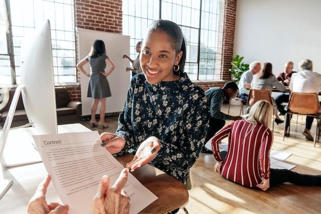Femme expliquant les détails d'un contrat