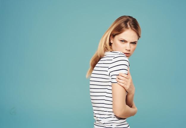 Femme avec une expression faciale mécontente regard en colère sur fond bleu
