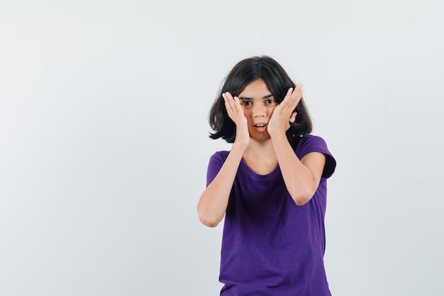 Une femme expressive pose dans le studio