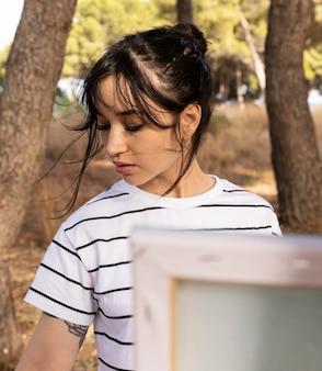 Femme à l'extérieur dans la peinture de la nature
