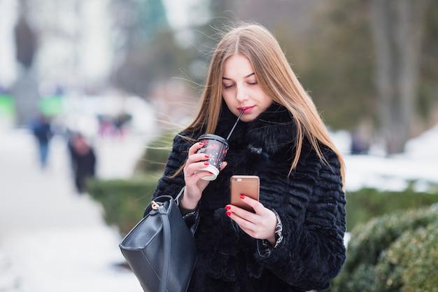 Femme à l'extérieur en hiver