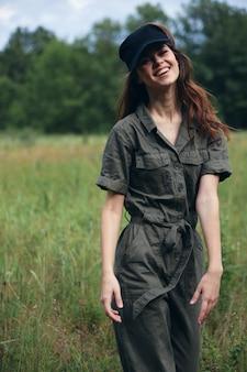 Femme à l'extérieur joyeux sourire voyage à pied herbe air frais