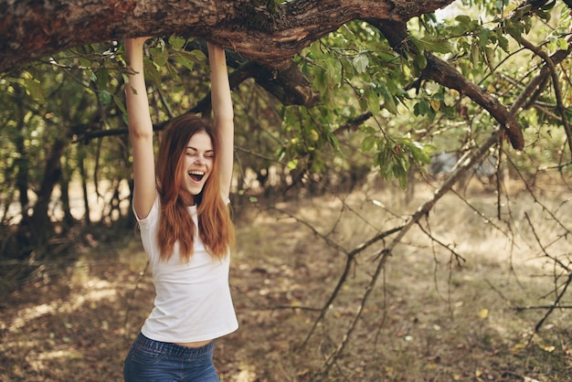 Femme à l'extérieur par le voyage de la liberté du soleil de l'arbre