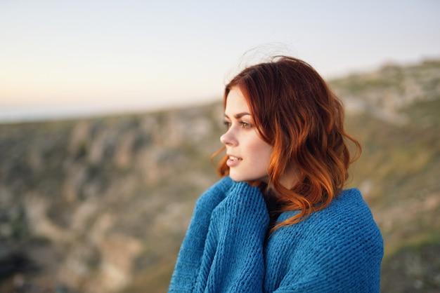 Femme à l'extérieur paysage montagnes air frais bleu plaid