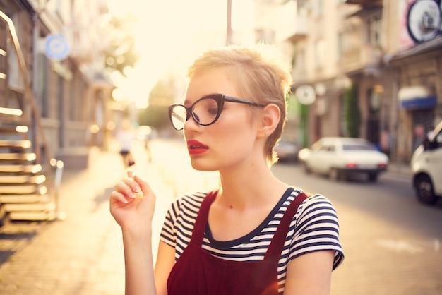 Femme à l'extérieur portant des lunettes de vacances à pied d'été