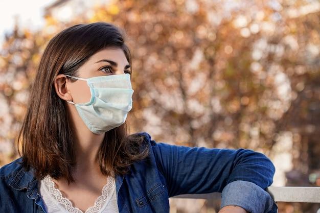 Femme à l'extérieur portant un masque de protection médicale. covid 19