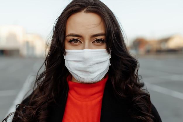 Femme à l'extérieur portant un masque de protection