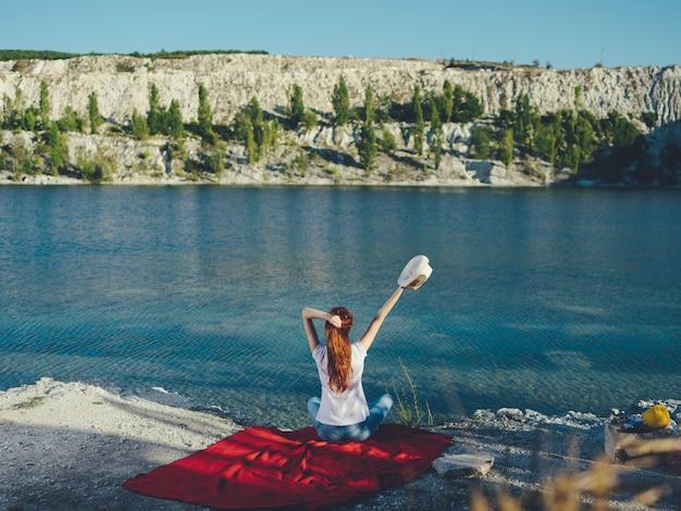 Femme à l'extérieur près de la rivière paysage vacances voyage