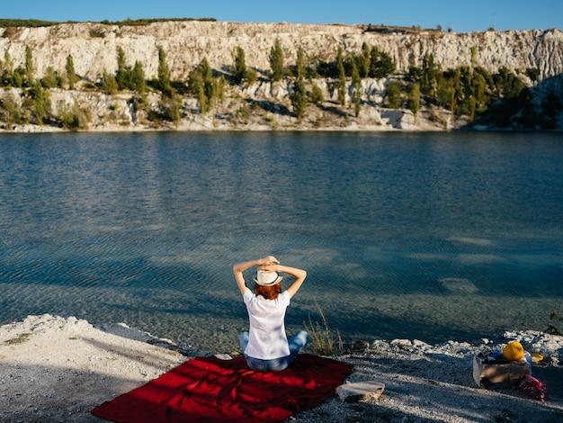 Femme à l'extérieur près de la rivière vacances à pied tourisme d'été