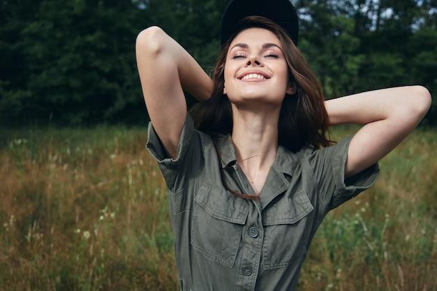 Femme à l'extérieur souriant l'air frais regarde vers le haut les yeux fermés feuilles vertes vue recadrée
