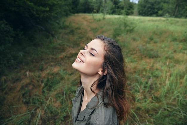 Femme, extérieur, sourire, regarder, haut, air frais, voyage nature