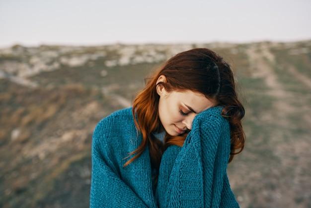 Femme à l'extérieur avec un voyage en air frais à carreaux