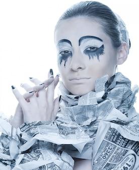 Femme extravagante avec des nouvelles de papier de robe.