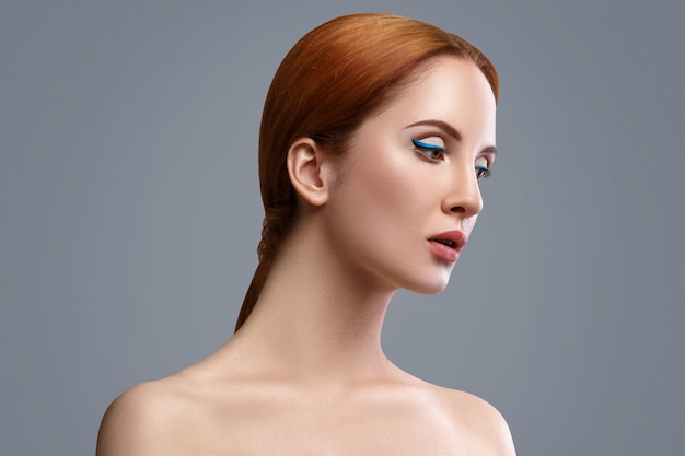 Femme avec eye-liner bleu