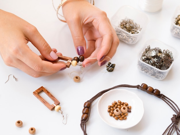 Femme fabriquant des accessoires avec des perles en bois