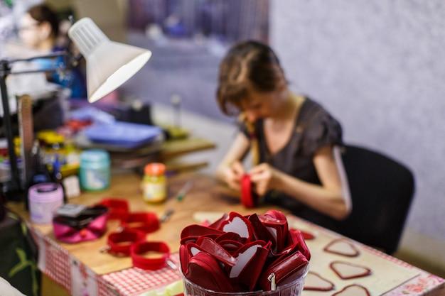Femme fabriquant des sacs à main