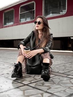 Femme faible angle avec attente de train