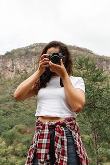 Femme faible angle nature surprenante devant la caméra