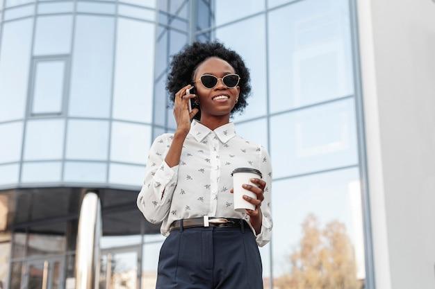 Femme à faible angle parlant au téléphone