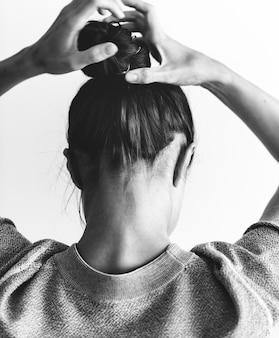 Femme, faire, chignon cheveux