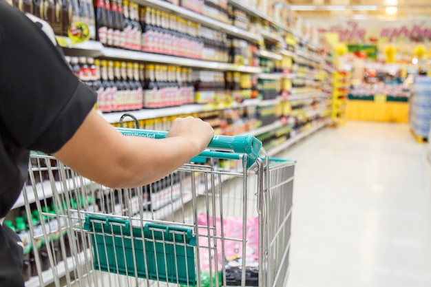 Femme, faire du shopping dans le grand magasin