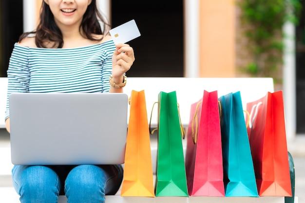 Femme faire du shopping en ligne avec carte de crédit