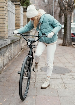 Femme, faire du vélo à la lumière du jour