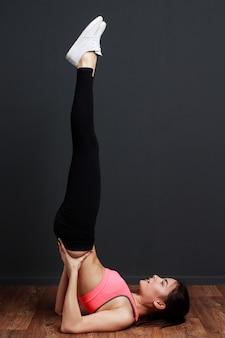 Femme, faire, exercice fitness, épaule