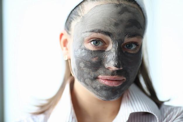 Femme faire un masque au chocolat spa maison