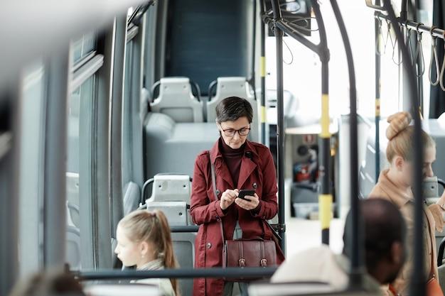 Femme, faire la navette, sur, bus, grand angle