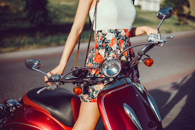 Femme faire une photo sur scooter