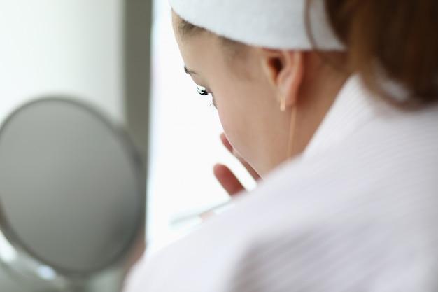 Femme faire portrait de masque au chocolat spa maison.