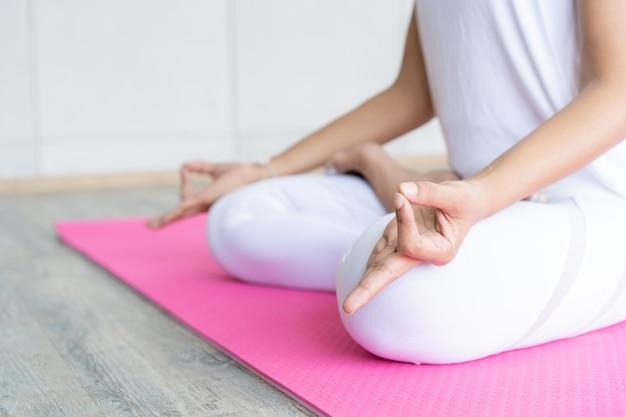 Femme, faire, yoga, exercice, intérieur, gymnase concept de bonne santé et de bien-être.