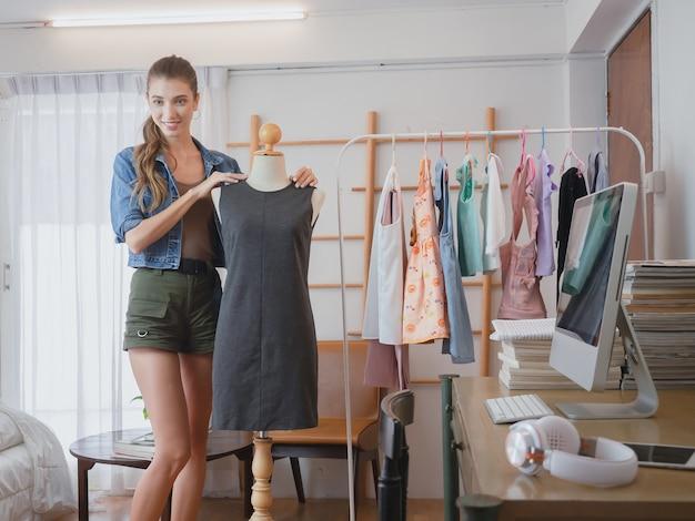Femme faisant des affaires chez elle, des femmes lui proposent des vêtements à la vente en ligne