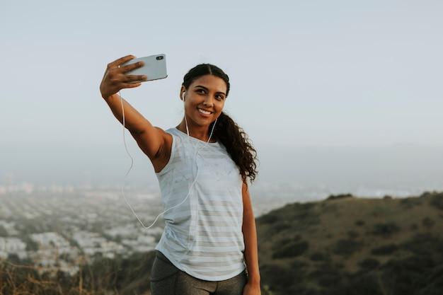 Femme faisant un appel vidéo