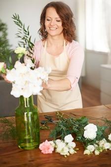Femme faisant un arrangement floral