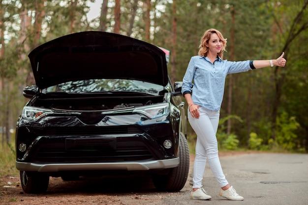 Femme faisant de l'auto-stop en plein plan
