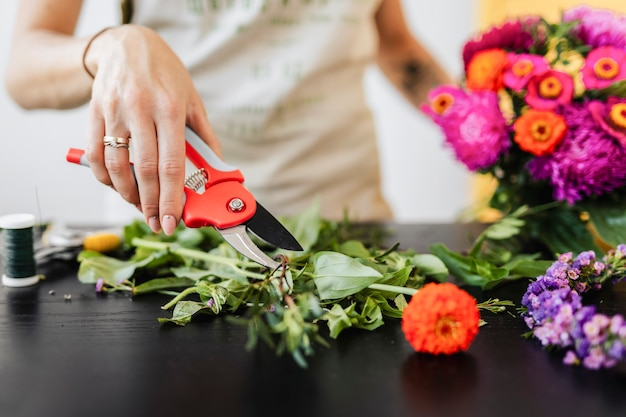 Femme faisant un bouquet de fleurs