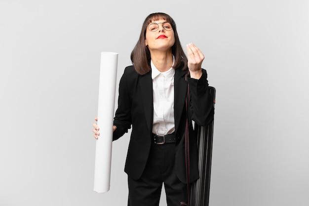 Femme faisant un capice ou un geste d'argent, te disant de payer tes dettes !