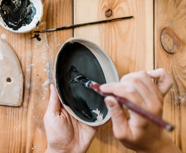 Femme faisant un chef-d'œuvre de poterie
