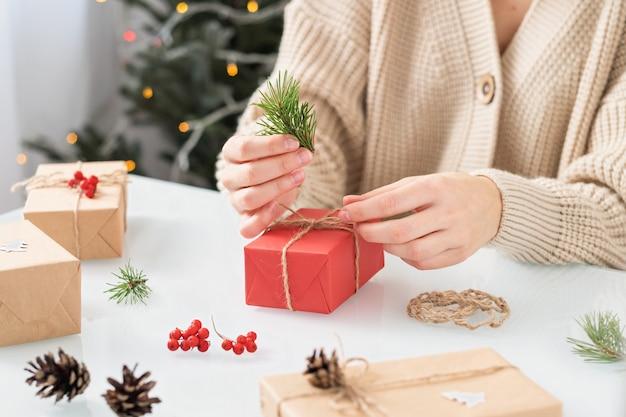 Femme faisant la décoration de noël sur la table