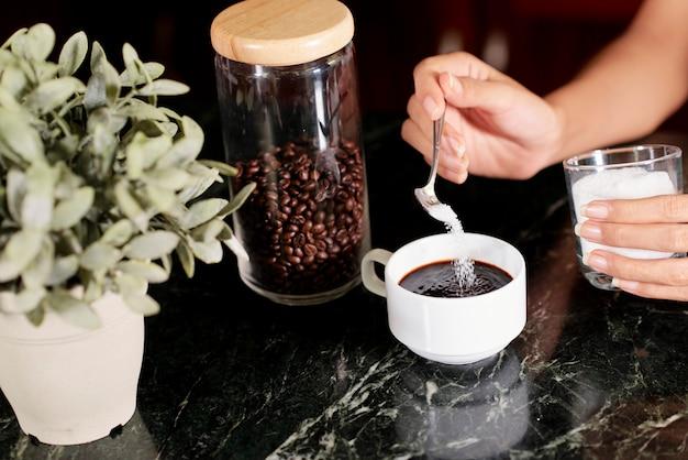 Femme faisant du café le matin