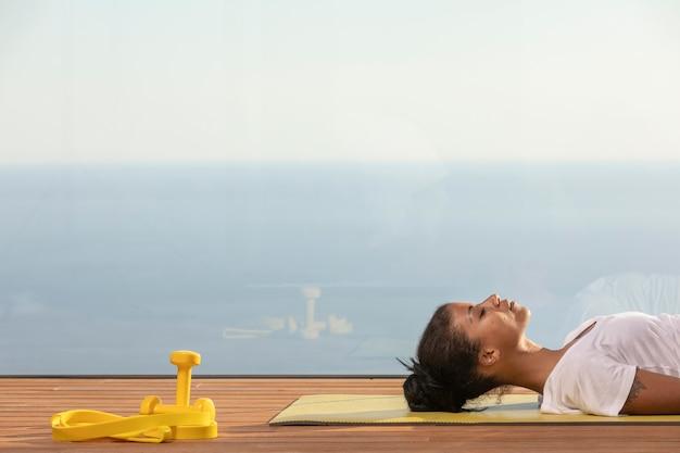 Femme faisant du fitness à la maison sur le balcon