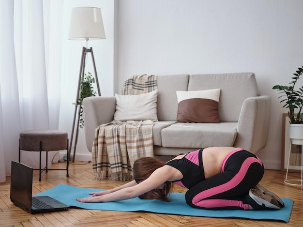 Femme faisant du fitness à la maison. élongation