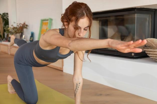 Femme faisant du fitness à la maison